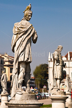 Padua-Statue with built-in pigeon