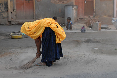 Rajasthani lady sweeper near Hawa Mahal, Jaipur, Rajasthan, RJ, India.