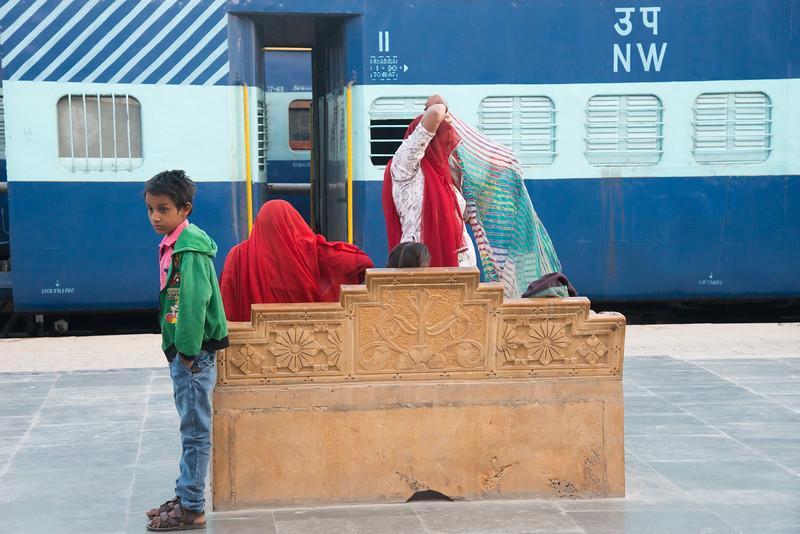 Local passengers near the train from Jaisalmer to Jodhpur at the Jaisalmer train station, Rajasthan, India.