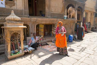 Street vendors at Nathmalji ki Haweli in Jaisalmer, Rajasthan, India.