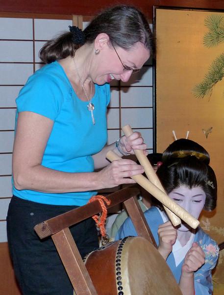 Jeane showing her talents with Geisa, Kikunoya, Kanazawa