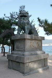 A pair of bronze foo dogs flank the Ishidorii.
