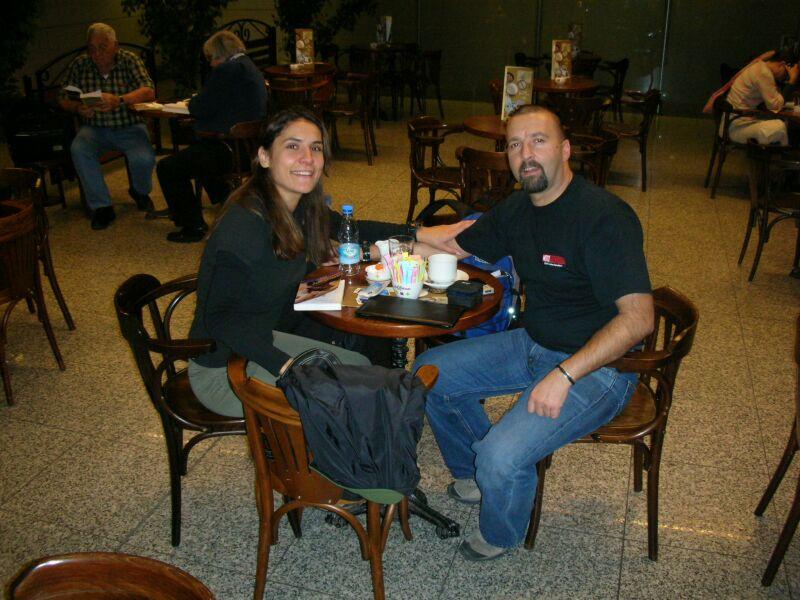 Internetten Hotel ve kiralik araba rezervasyonlarini halledip Turkish Airlinesin gece yarisi Amman ucagina bilet aldik.  <br /> Istanbulda cafede beklerken fotograf cektiriyoruz.<br /> N 40 58'39.01 E 28 49'11.92