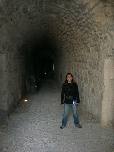 Sabah erken yola dustuk. Kral yolu uzerindeki Karak kalesini geziyoruz. Kale araplardan haclilara ve osmanlilara kadar bir cok medeniyet tarafindan kullanilmis. Mahzenlere giden dar tunelin onundeyiz.<br /> N 31 10'48.41 E 35 42'3.57