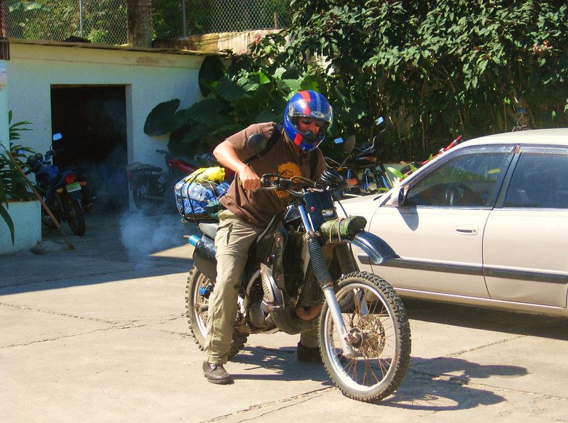cavebiker - Choking his 1984 Yamaha DT125 at the start of 'The Border with Haiti' ride