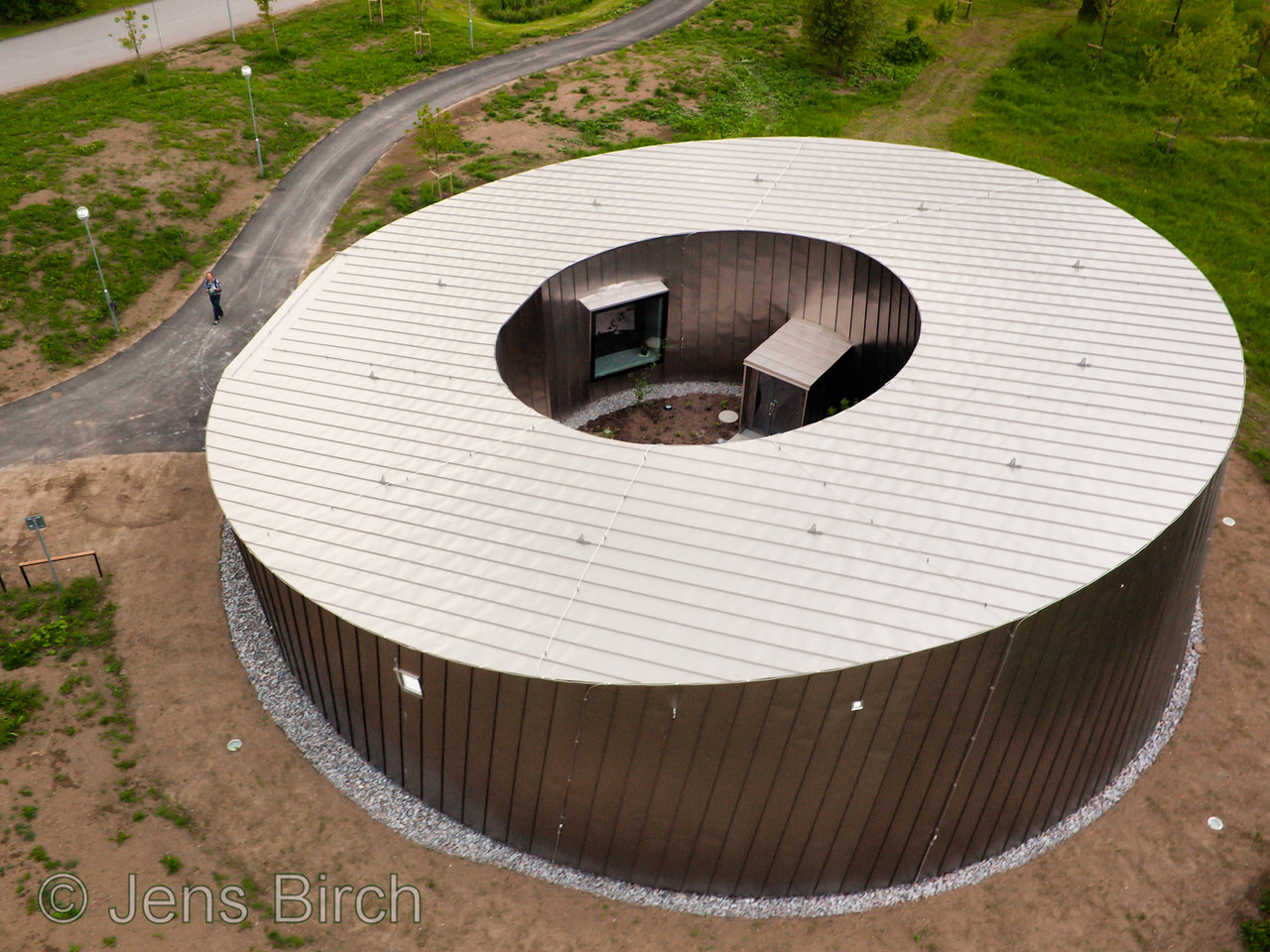 The Ångström building at Linköping University as seen from above. The Å-building is covered with Titanium plate and hosts our new electron microscope - currently northerns Europe's most powerful.<br /> <br /> I made this photo by launching the camera with my 2.15x1.8 m² Rokkaku kite.
