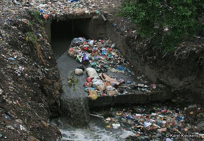 KPB_004_Kathmandu_into Vishnumati river