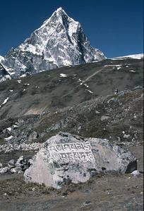 Cholatse and a mani stone near Pheriche