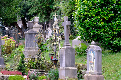 Petersfriedhof (St. Peter's Cemetery) has flower-covered graves that date to 1600. The oldest tombstone dates to 1288. Among the notables buried in the cemetery are Maria Anna Mozart (1829), the elder sister of Wolfgang Amadeus Mozart.