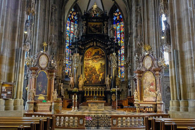 Just as in the cathedral of the same name in Passau, the altar depicts the stoning St. Stephen, the first individual to be recognized as a martyr of the Christian church.