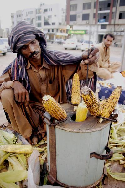Roasted corn walla, Karachi, Pakistan<br /> scenes of daily life in markets and bazaars in Karachi<br /> (Credit Image: © Chris Kralik/KEYSTONE Press)