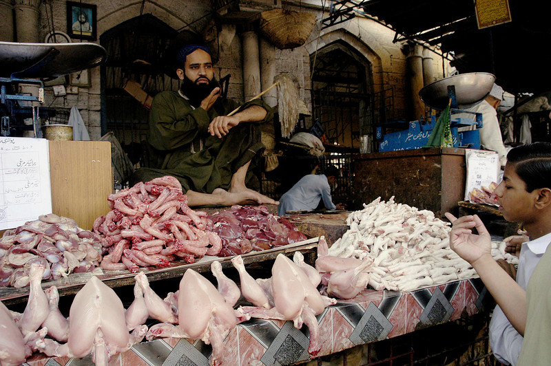 Chicken Walla, Karachi, Pakistan<br /> scenes of daily life in markets and bazaars in Karachi<br /> (Credit Image: © Chris Kralik/KEYSTONE Press)