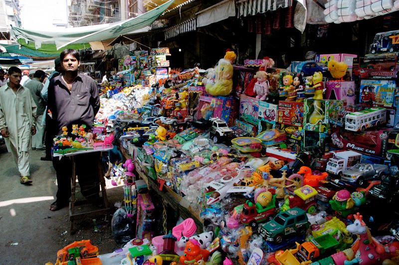 Toy Walla, Karachi, Pakistan<br /> scenes of daily life in markets and bazaars in Karachi<br /> (Credit Image: © Chris Kralik/KEYSTONE Press)