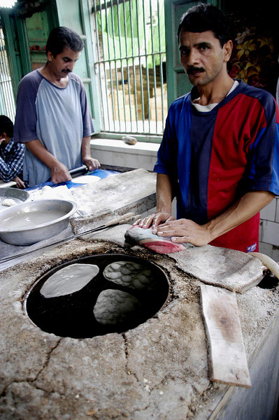 Naan baker and his tandour oven, Karachi, Pakistan<br /> scenes of daily life in markets and bazaars in Karachi<br /> (Credit Image: © Chris Kralik/KEYSTONE Press)