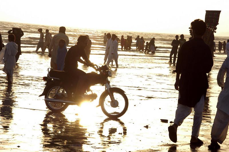 Beach fun, Karachi, Pakistan<br /> scenes of daily life in markets and bazaars in Karachi<br /> (Credit Image: © Chris Kralik/KEYSTONE Press)