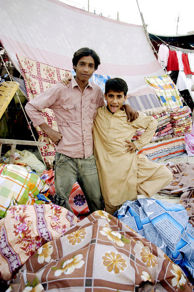 Packing up the goods, Karachi, Pakistan<br /> scenes of daily life in markets and bazaars in Karachi<br /> (Credit Image: © Chris Kralik/KEYSTONE Press)