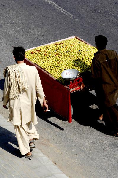 The chesnut walla, Karachi, Pakistan<br /> scenes of daily life in markets and bazaars in Karachi<br /> (Credit Image: © Chris Kralik/KEYSTONE Press)