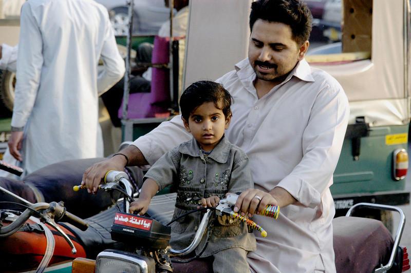 Good passenger, Karachi, Pakistan<br /> scenes of daily life in markets and bazaars in Karachi<br /> (Credit Image: © Chris Kralik/KEYSTONE Press)