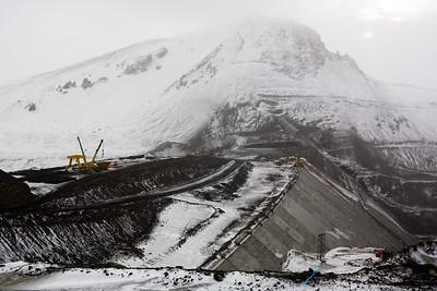 Horft yfir Kárahnjúkastíflu, stíflan er nú orðin yfir 100m á hæð.