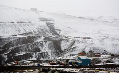 Horft frá vinnubúðum yfir Kárahnjúkastíflu, þ.e. stíflumegin.