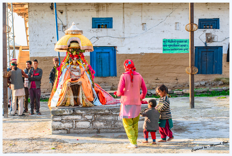 Locals offering obeisance to Shringi Rishi Devta. Chehni.
