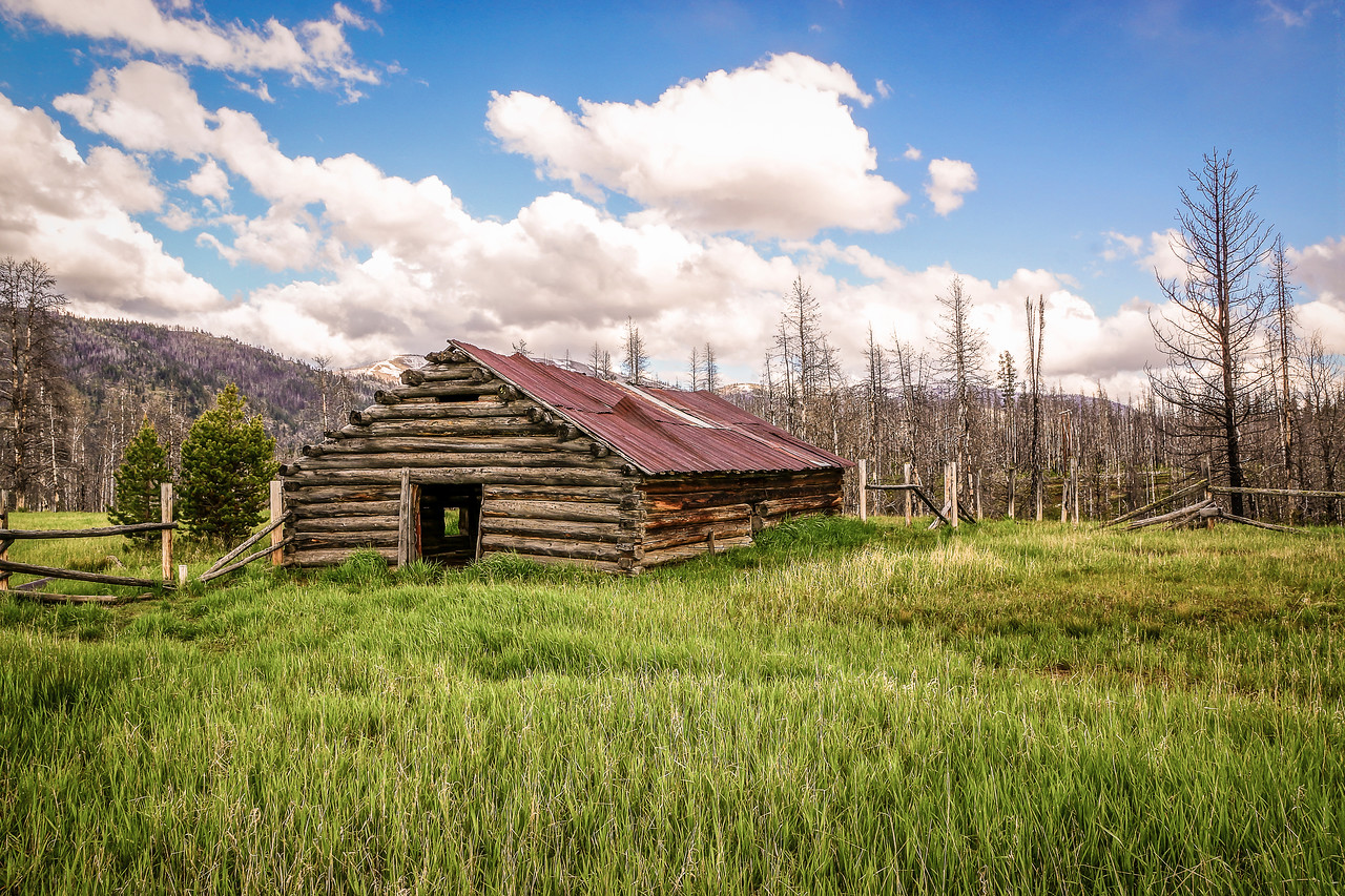 old log building at Knox Ranch