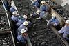 Kleine Bergarbeiter beim Kohle sortieren