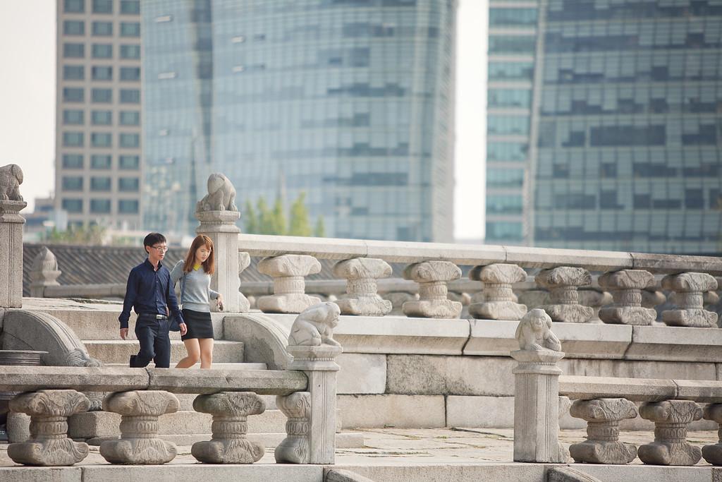 A couple explores the palace of Gyeongbokgung.