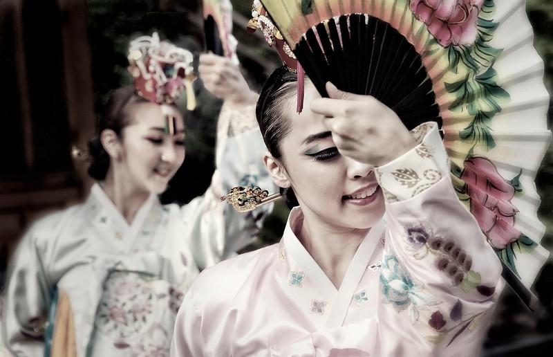 2012-06-09_Seoul_US_Amb_Residence_RASGardenParty-2088-_FanDancer-mixed