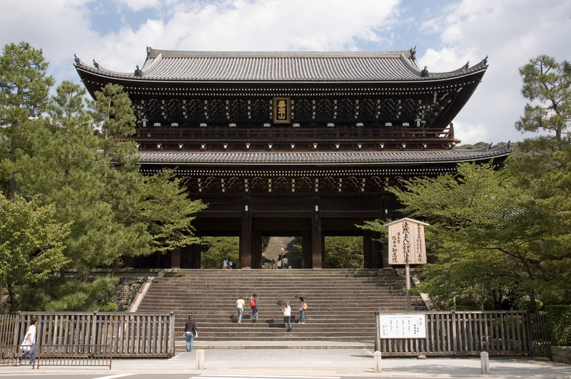 The two-story gate at the entrance of Chion-in
