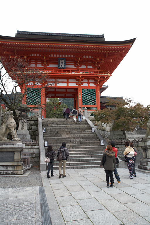 The gate to the Kiyomizu-dera Temple. The left and right pillars of the gate each contain two guardian statues.