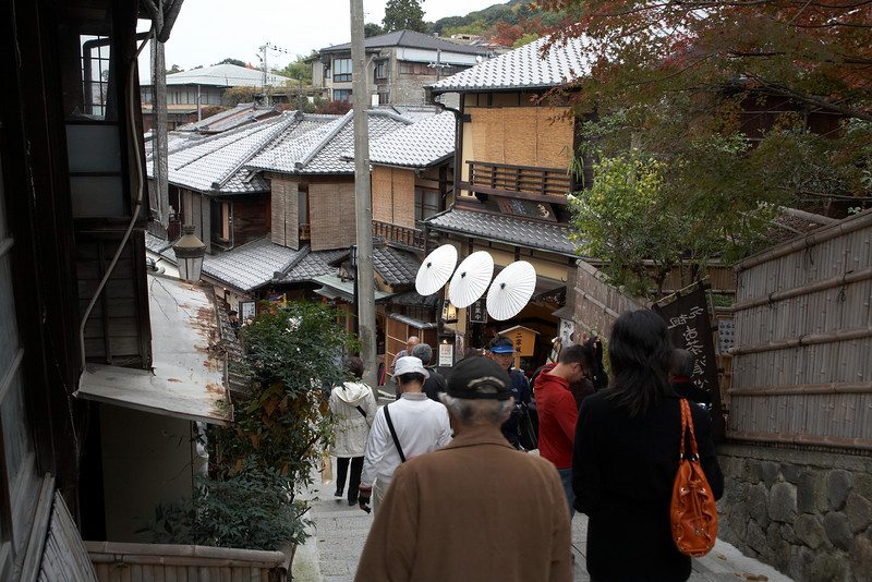 This street goes between the Ninenzaka and Sanneizaka neighborhoods. This is a historic street that shows many traditional buildings. We highly recommend exploring this area.