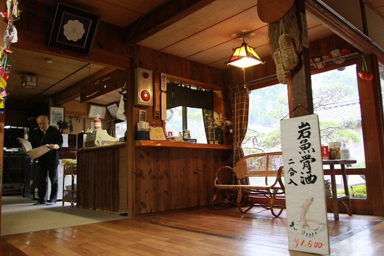 The Ryokan that we stayed in, the owner and his daughter can speak reasonably good english... :)