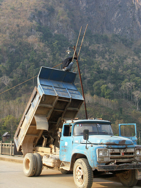Nong Khiaw - streetlight repair