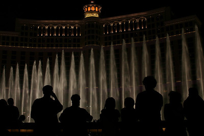 People watching the bellagio fountains (2)