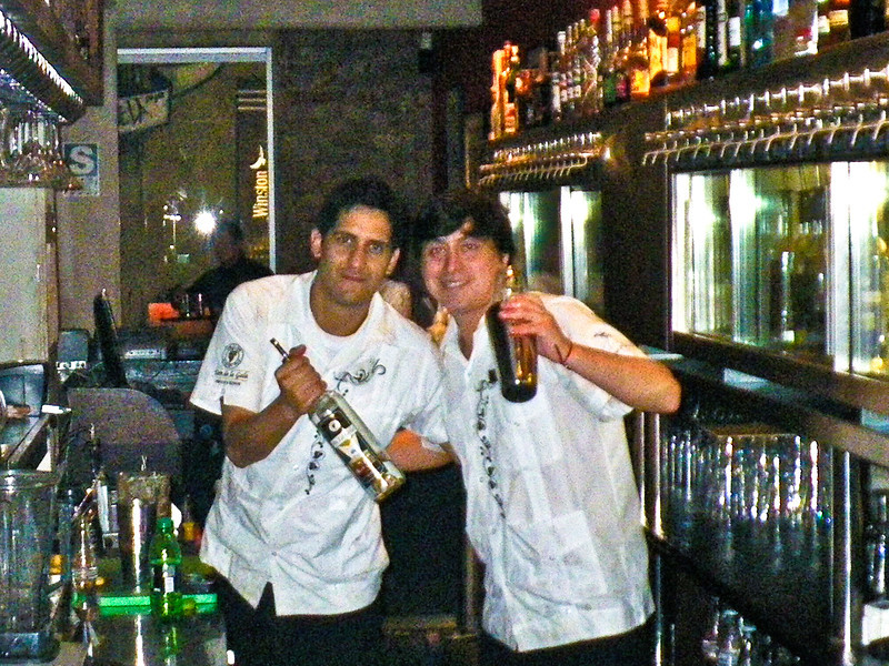 Gino Guerrero (R), a damn good cocktail maker @ El 550 in Miraflores<br /> <br /> Gino Guerrero (D) siempre prepara muy buenos tragos en El 550 en Miraflores<br /> <br /> Gino Guerrero (D) un des meilleurs préparateurs de cocktails de Lima au El 550 à Miraflores<br /> <br /> Gino Guerrero (R), één van de beste cocktailmakers van Lima in El 550 in Miraflores