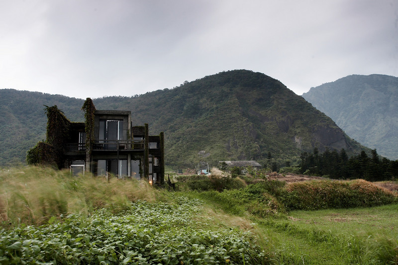 從遠處觀望沙漠風情<br /> this is the B&B i stayed, a unique building structure stays in the wild next to pacific ocean