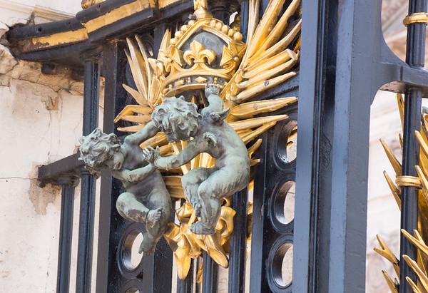 кованные решетки с украшением! не даром дворец!