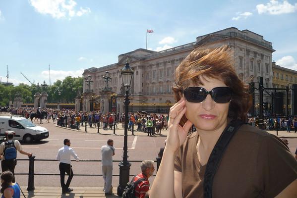 сбылась мечта идиота - увидела Бакингемский дворец своими глазами - сидим на заборе и ждем когда толпа рассосется а то там вообще не пройти даже, не знаю почему - может чтото было там?