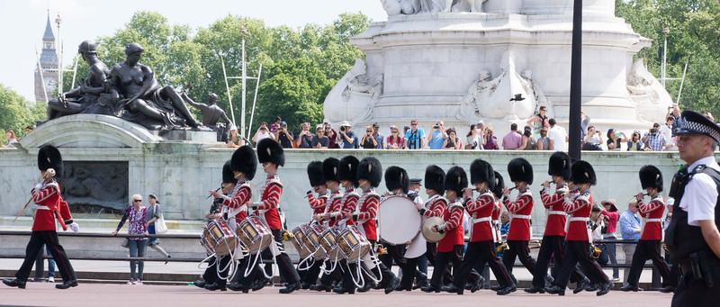 эти ребята все время ходили по кругу -вокруг этого памятника.  может это ритуал какойто - не было экскурсовода - и не изучила еще этот момент! если кто знает- оставляйте комментарии