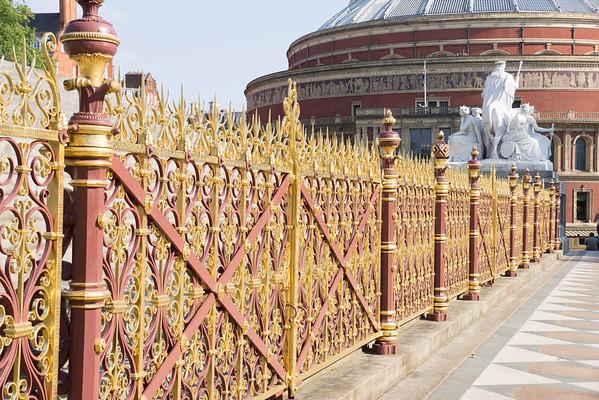 забор от мемориала для Альберта. в его честь построила его жена королева Виктория
