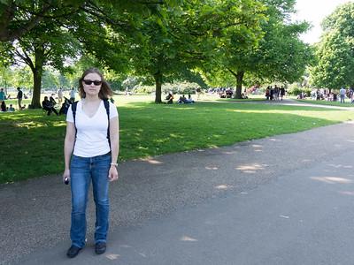 а это воскресенье и весь лондон вывалил в парк где много зеленой травы на которой все лежат. местные говорят что в обед и в будний день все лежат в пиджаках!