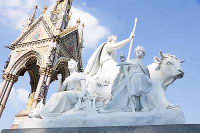 4 стороны мемориала Альберта построены в честь 4 разных материка - Африка, Азия, Америка и европа. Это на фото - европа! как вы догадались?