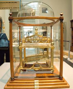 с корабля сразу в музей потому что прилетели утром рано а этот музей бесплатный вот и пошли. называется История британии. это часы старинные и отсчитывают минуты когда шарик туда сюда катается переваливая из стороны в сторону пластинку которая посередине.