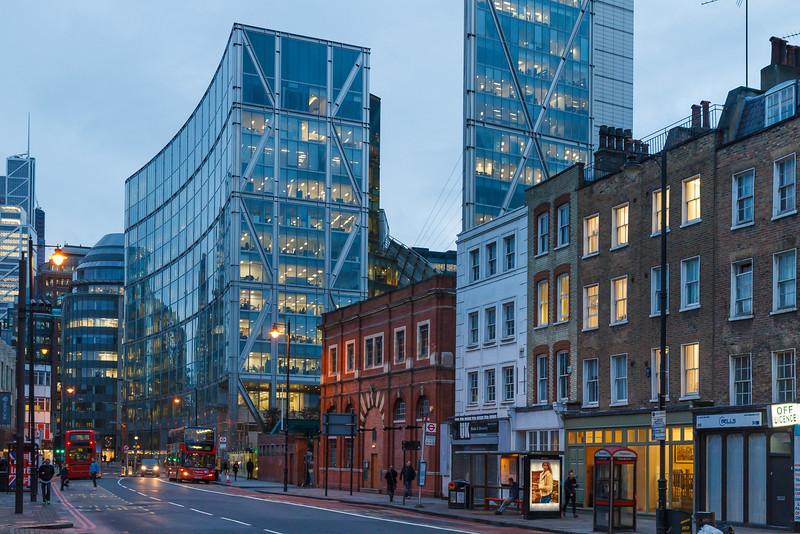 City of London; davor noch einige alte Ziegelhäuser