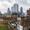 Overground Bahn und alte Ziegelhäuser; dahinter die City of London