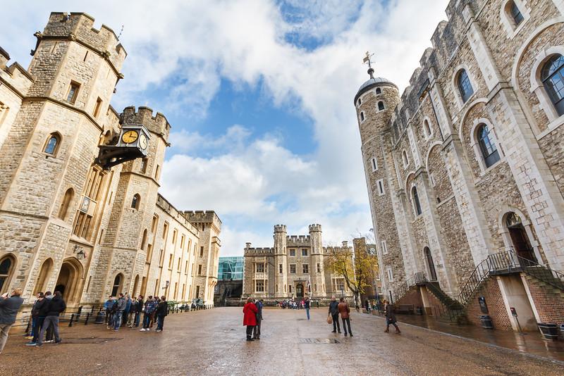 Links der Waterloo Block mit den Kronjuwelen und rechts der White Tower