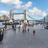 Tower Bridge; rechts die City Hall - das Rathaus von London