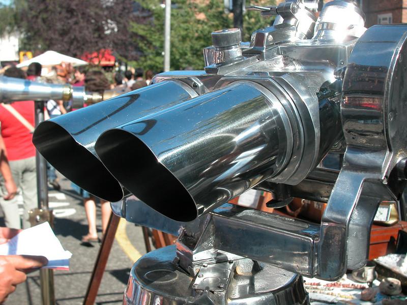 It's binoculars, but looks like a car exhaust pipe..