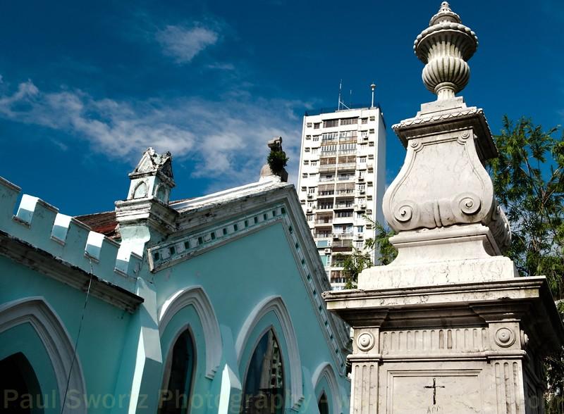 Capela de São Miguel, and a nearby apartment tower.